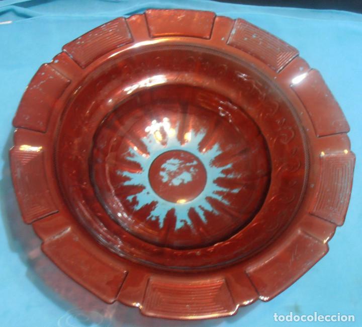 PALANGANA DE VIDRIO GRUESO CON GREGA, COLOR ROJO (Antigüedades - Cristal y Vidrio - Otros)