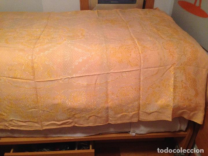 COLCHA ADAMASCADA MATRIMONIO (Antigüedades - Hogar y Decoración - Colchas Antiguas)