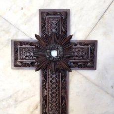 Antigüedades: CRUZ DE CAOBA CON RELICARIO DE CRISTO DE CORAL EN EL INTERIOR DEL SIGLO XIX. Lote 66219281
