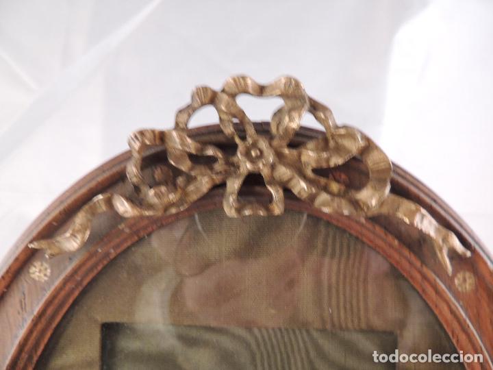 Antigüedades: MARCO DE FOTOS PORTAFOTOS DE ROBLE CON COPETE DE LAZO EN BRONCE - Foto 3 - 66252954