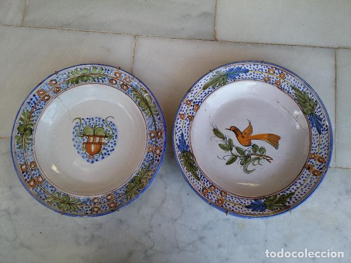 ANTIGUA PAREJA DE PLATOS PINTADOS A MANO EN CERAMICA TALAVERA SIGLO XIX (Antigüedades - Porcelanas y Cerámicas - Manises)
