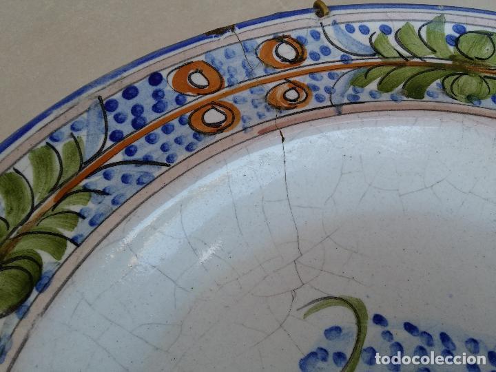 Antigüedades: Antigua pareja de platos pintados a mano en ceramica Talavera siglo XIX - Foto 4 - 66438474