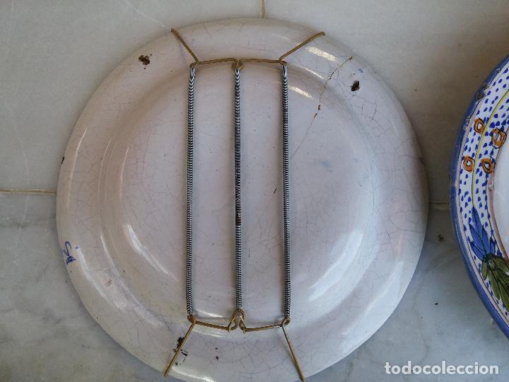 Antigüedades: Antigua pareja de platos pintados a mano en ceramica Talavera siglo XIX - Foto 5 - 66438474