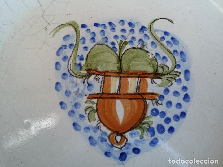 Antigüedades: Antigua pareja de platos pintados a mano en ceramica Talavera siglo XIX - Foto 9 - 66438474