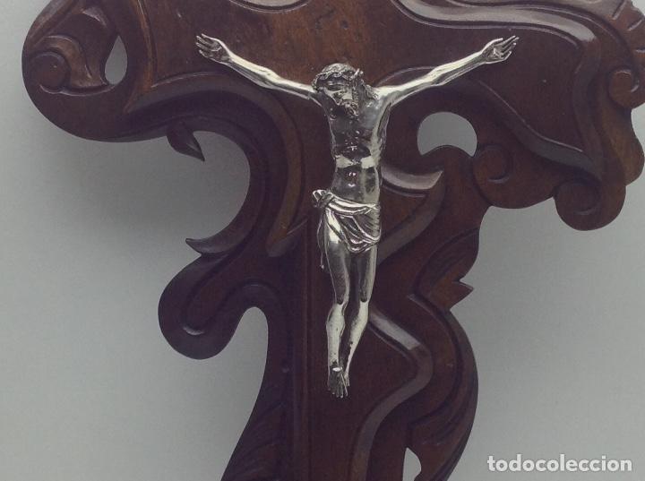 Antigüedades: ANTIGA CRUZ DE MADERA CON CRISTO BAÑADO EN PLATA - Foto 2 - 66462678