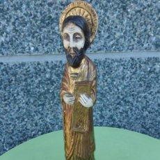 Antigüedades: FIGURA ARTESANAL DE SANTO O APOSTOL CON 10 MANDAMIENTOS PARA COLGAR EN CAPILLA Y SUJETAR VELA. Lote 66804906