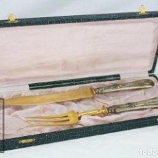 Antigüedades: PAREJA DE CUBIERTOS PARA SERVIR - PRINCIPIOS S. XX - TONOS PLATEADO Y DORADO - MED. 33 X 13 X 3,5 CM. Lote 66816226