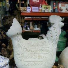 Antigüedades: BOTIJO FIGURA GALLO EN ARCILLA BLANCO. Lote 66865213