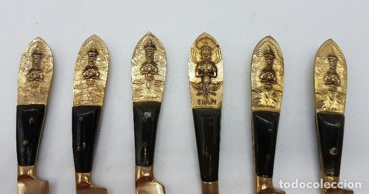 Antigüedades: Juego antiguo de cuchillos para postre en bronce Tailandes con buda en relieve y mago de asta, SIAM - Foto 3 - 66871930