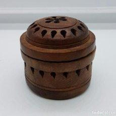 Antigüedades: CAJITA ANTIGUA EN MADERA NOBLE DE LA INDIA BELLAMENTE TALLADA A MANO CON TAPA OSCILANTE .. Lote 66875710