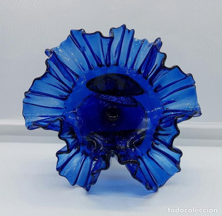 Antigüedades: Centro de mesa modernista en cristal soplado azul cobalto con apliques en metal plateado repujado . - Foto 5 - 66881746