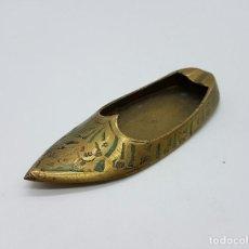 Antigüedades: CENICERO ANTIGUO DE BRONCE CINCELADO CON FORMA DE BABUCHA, HECHA EN LA INDIA .. Lote 66885486
