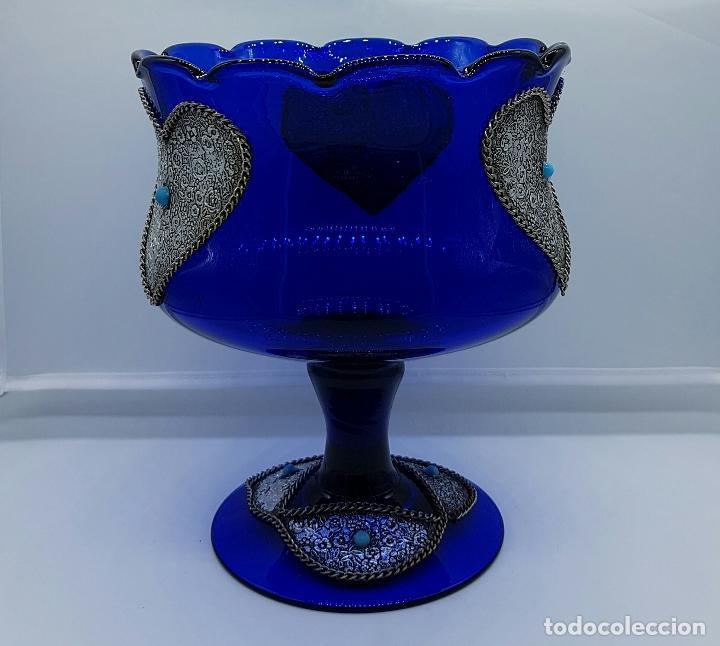 Antigüedades: Centro de mesa modernista en cristal soplado azul cobalto con apliques en metal plateado repujado . - Foto 2 - 66886754