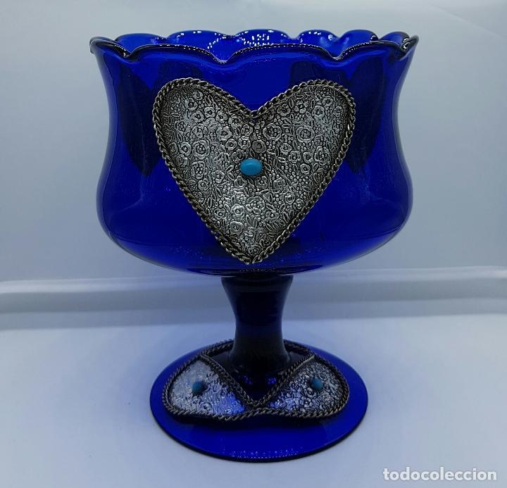 Antigüedades: Centro de mesa modernista en cristal soplado azul cobalto con apliques en metal plateado repujado . - Foto 3 - 66886754