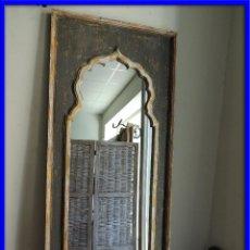 Antigüedades: ESPEJO DE MADERA PINTADO EN DECAPE CON FORMAS ARABES. Lote 151178660