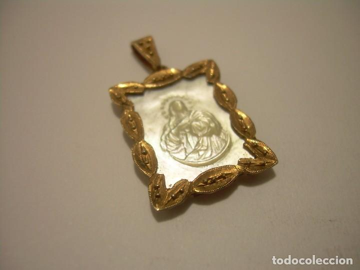 ANTIGUA Y PRECIOSA MEDALLA COLGANTE DE PLATA CINCELADA... VERMEILLE Y TALLADA EN NACAR. (Antigüedades - Religiosas - Medallas Antiguas)