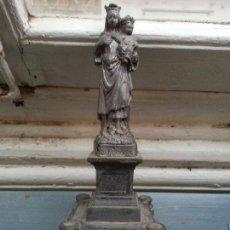 Antigüedades: ANTIGUA IMAGEN MODERNISTA VIRGEN DEL CARMEN CON NIÑO JESUS REALIZADA EN CALAMINA . GRAN PEANA Y. Lote 67022346