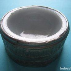Antigüedades: ANTIGUO CUENCO DE PORCELANA FORRADO CON CHAPA PLATEADA REPUJADA - VER FOTOS Y MEDIDAS. Lote 67074209