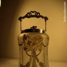 Antigüedades: ANTIGUA GALLETERA CRISTAL PINTADO Y LATON - MODERNISTA. Lote 67177973
