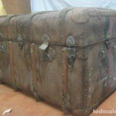 Antigüedades: TREMENDO BAUL DE VIAJE O MUNDO DEL SIGLO XIX EN MADERA, Y HERRAJES DE BRONCE, CON INICIALES, 92 CMS. Lote 82775526