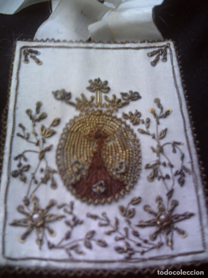 Antigüedades: ESCAPULARIO VIRGEN DEL CARMEN S.XIX SEDA BORDADA A MANO, FILIGRANAS DE HILOS DE ORO Y CANUTILLOS - Foto 3 - 67213849