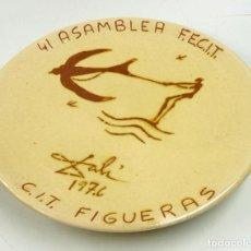 Antigüedades: SALVADOR DALÍ, PLATO DE CERÁMICA ASAMBLEA FECIT. FIGUERAS 1976. 25,5 CM. DIÁMETRO. Lote 67233933