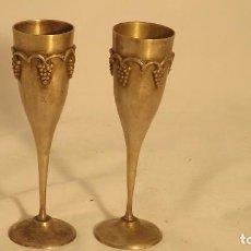 Antigüedades - Dos copas de metal plateado con racimos de uvas - 67314221