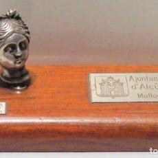 Oggetti Antichi: AJUNTAMENT D'ALCUDIA MALLORCA - OBSEQUIO PARA SUS COLABORADORES PLATA DE LEY. Lote 70020817