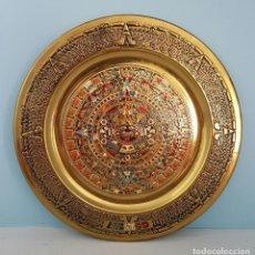 Antigüedades: MEDALLÓN ANTIGUO CON CALENDARIO SOLAR AZTECA EN BRONCE CON ESMALTES TIPO CLOISONNE, MEXICO .. Lote 67336581