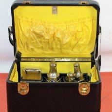 Antigüedades: NECESER DE VIAJE. CUERO CON CIERRES EN LATÓN. ESPAÑA. CIRCA 1950.. Lote 67383405