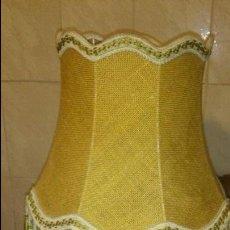 Antigüedades: BONITA LAMPARA DE SOBREMESA CON PIE DE MADERA Y TULIPA DE TEJIDO DE SACO CON FLECOS.. Lote 67461345