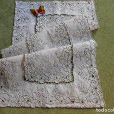Antigüedades: MAGNIFICO CAMINO DE MESA / MUEBLE,BORDADO A MANO.LINO BEIGE. 40 X 85 CM.AÑOS 70. Lote 67507921