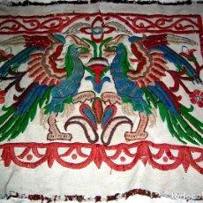 Antigüedades: REPOSTERO-TAPIZ ANTIGUO.2.AGUILAS.BORDADO LANAS COLOR. VER:DETALLES Y FOTOS. Lote 67703549