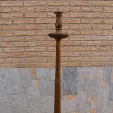 Antigüedades: CANDELABRO DE PIE, HACHERO, TORCHERO O CANDELERO GRANDE DE IGLESIA. MADERA, ESTUCO Y PAN DE ORO . Lote 67792153