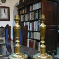 Antigüedades: PAREJA DE CANDELABROS DE LATÓN, SIGLO XVIII CON RESTOS DE DORADO, 24 CM ALTURA 12'2 CM DIAMETRO BASE. Lote 67850981