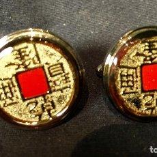 Antigüedades: GEMELOS SHANGAI TANG MODA HONG KONG ROPA METAL PLATEADO ESMALTE ROJO CHINA CARACTERES MONEDA 2,5X2CM. Lote 112204534