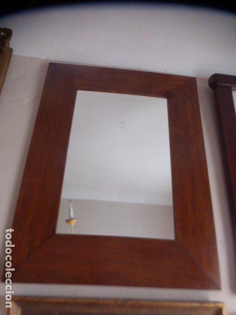 espejo con marco de madera ancho en color nogal comprar
