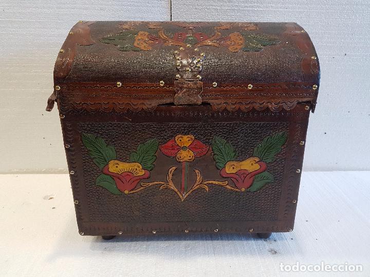 Baul de cuero repujado y pintado a mano comprar ba les antiguos en todocoleccion 50008152 - Baules pintados a mano ...