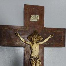Antigüedades: CRUCIFIJO CON SELLO SOBRE CRUZ DE MADERA DECORADA . Lote 68026297