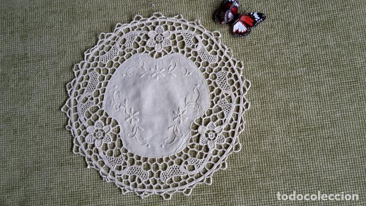 Antigüedades: Encaje de Venecia, tapete de lino beige. 22 cm.Bordado a mano. Nuevo - Foto 5 - 68038129