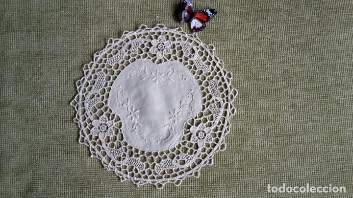 Antigüedades: Encaje de Venecia, tapete de lino beige. 22 cm.Bordado a mano. Nuevo - Foto 7 - 68038129