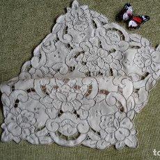 Antigüedades: ANTIQUO TAPETE DE ALTA CALIDAD,LINO BEIGE,BORDADO A MANO. 40X30 CM. AÑOS 70. Lote 110438992