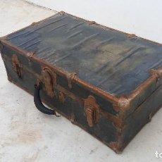 Antigüedades: BAÚL ANTIGUO O MALETA ANTIGUA DE VIAJE DE CUERO Y REMACHES. Lote 94356590