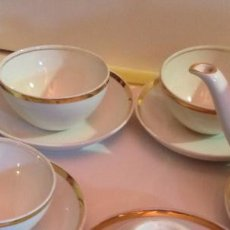 Antigüedades: JUEGO DE CAFÉ DE PORCELANA BLANCA FILETEADA EN ORO FINO . Lote 68156681
