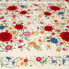 Manton de Manila en seda con llamativo bordado con flores.