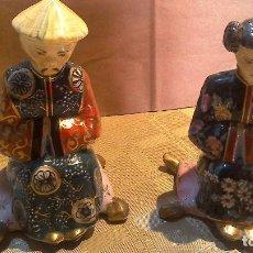 Antigüedades: ANTIGUA PAREJA DE CHINOS SENTADOS EN PORCELANA FIRMADA. Lote 68301613