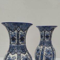 Antigüedades: ANTIGUOS JARRONES FLOREROS DELFIA PORCELANA AZUL ARDALT ITALIA. Lote 68363006