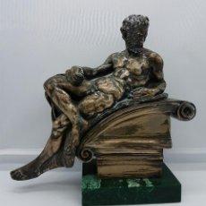 Antigüedades: BELLA ESCULTURA ANTIGUA DE ESTILO GRECO ROMANO RECUBIERTA EN PLATA DE LEY LAMINADA .. Lote 68369573