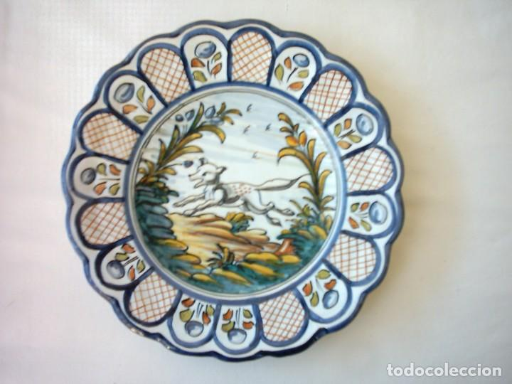 PLATO DE CERÁMICA DE TALAVERA, ALFAR DE EL CARMEN. 25,5 CM. AÑOS 70. (Antigüedades - Porcelanas y Cerámicas - Talavera)
