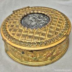Oggetti Antichi: JOYERO FRANCES S XIX BRONCE CON MEDALLON PLATEADO EN CENTRO. Lote 68373965